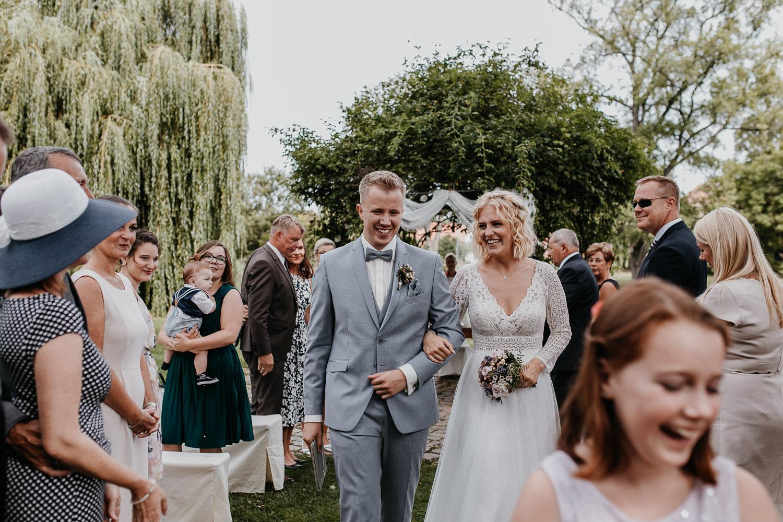 schloss diedersdorf, pond, teich, standesamtliche trauung, freie trauung, freie trauung am wasser, vintage wedding, aisle