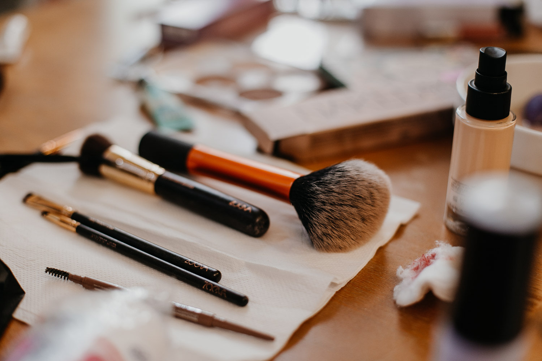 getting ready, gettin ready, make up, make-up, hairstylist, make up and hair stylist,, wedding berlin, kulturschloss roskow, boho bride, boho braut, naked urban decay