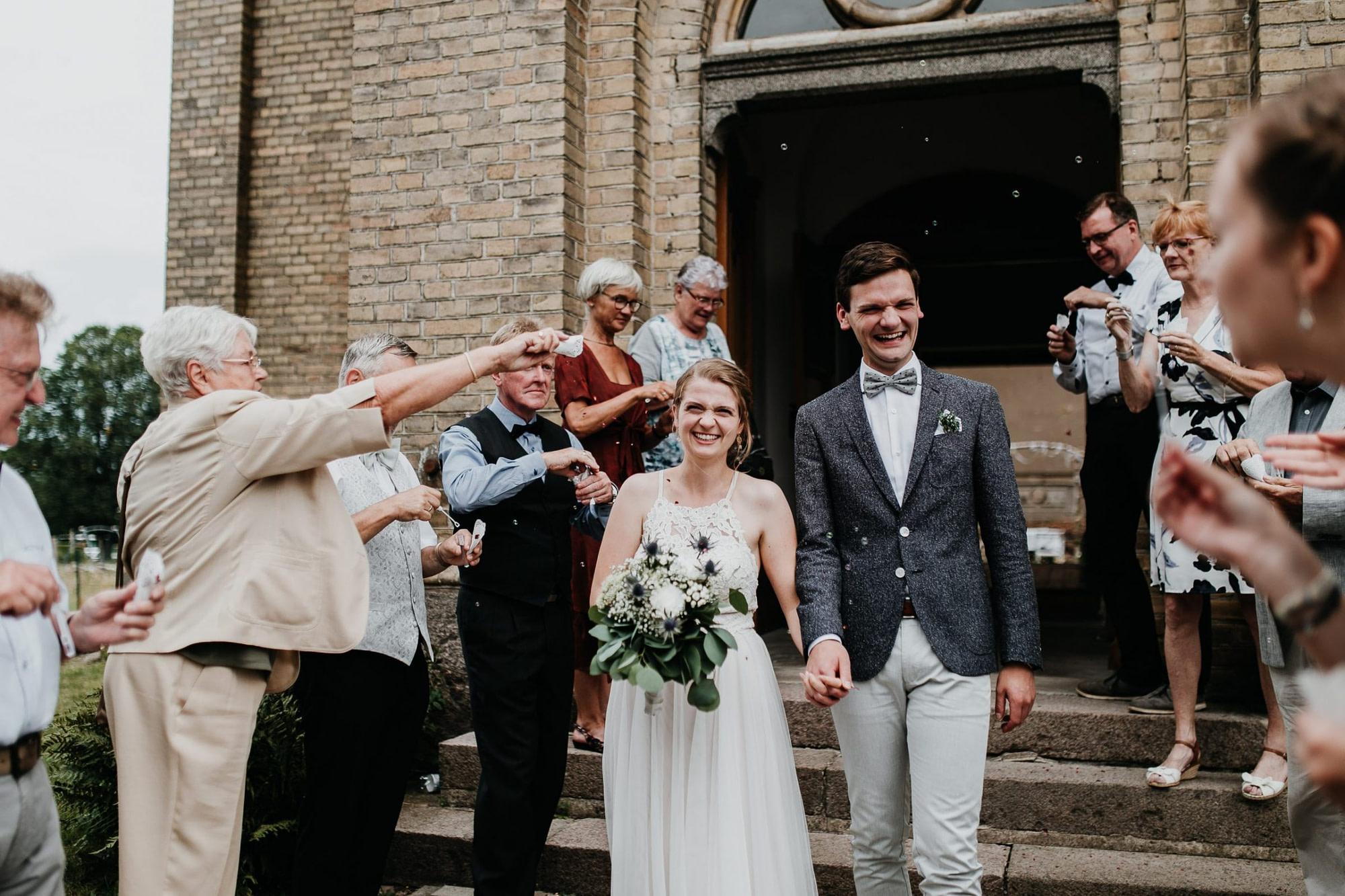 wedding guests, laughter, laughing, hochzeitsgäste, church, freie trauung