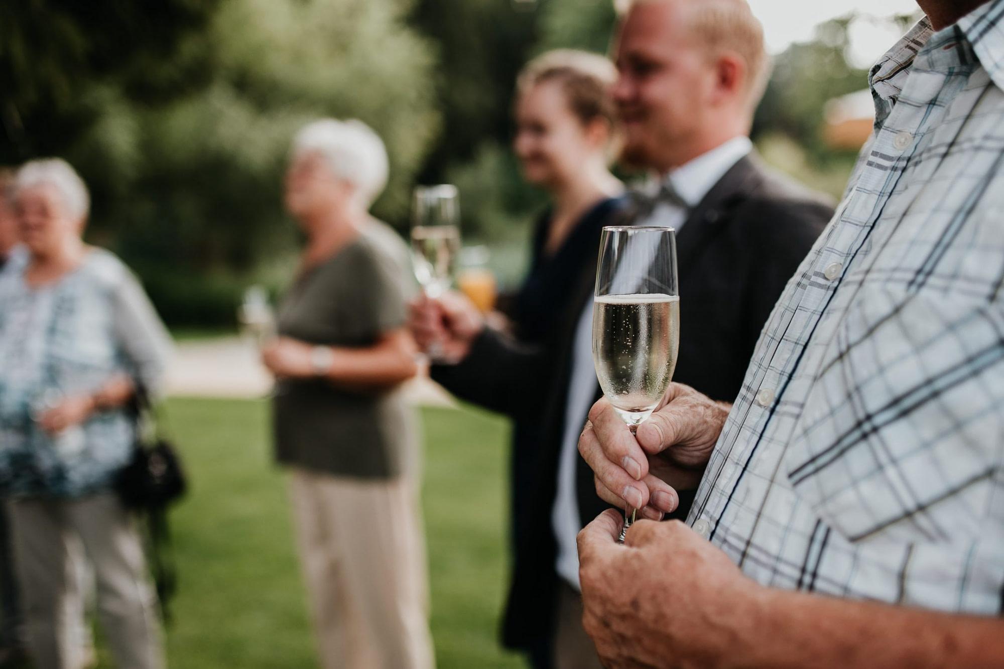 wedding guests, laughter, laughing, table decor, garden wedding, garden tent, hochzeitsgäste, zelt, brautvater, rede, speech, sekt, sektempfang, champagne, toast