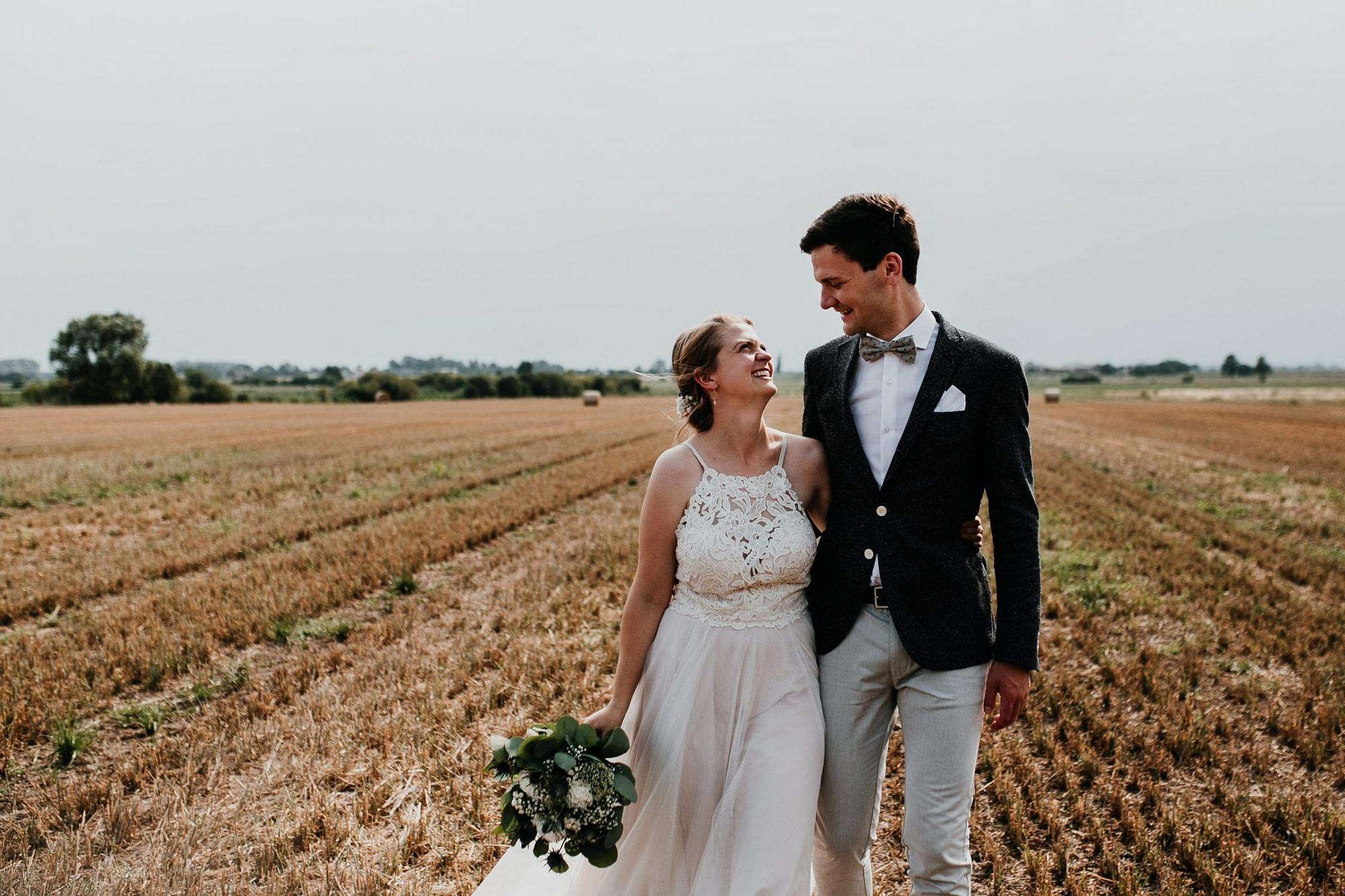 Hochzeit berlin, mühle tornow, muehle tornow, tornow, paarshooting, couple shooting, hochzeitsfotograf berlin, wedding couple shooting, field, feld