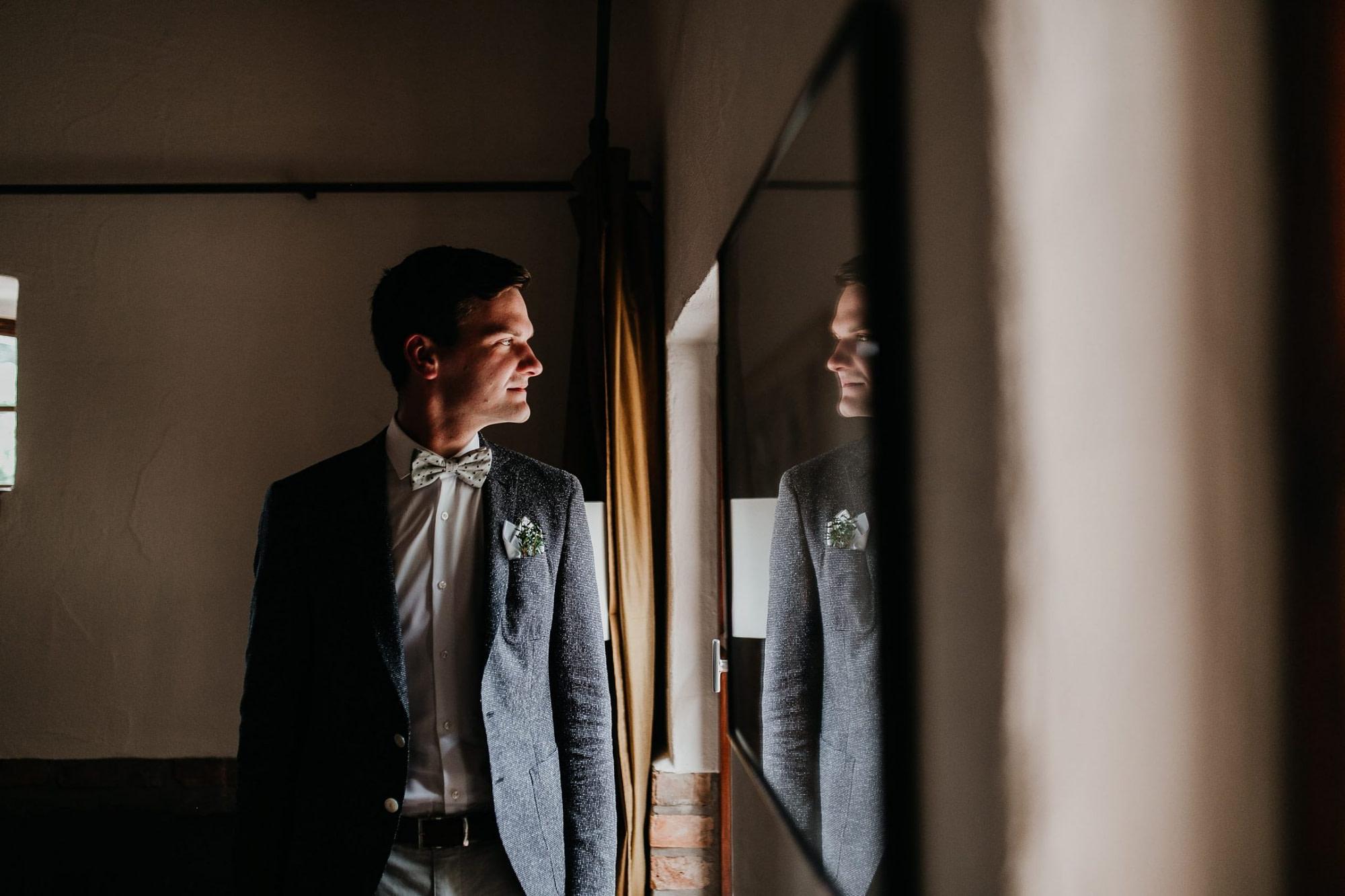getting ready, groom getting ready, suit, bow tie, fliege, anzug
