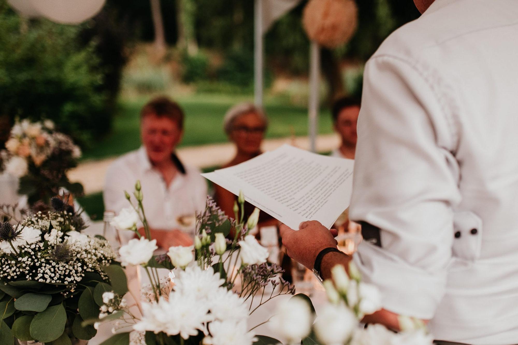 wedding guests, laughter, laughing, table decor, garden wedding, garden tent, hochzeitsgäste, zelt, letter, rede, brautvater